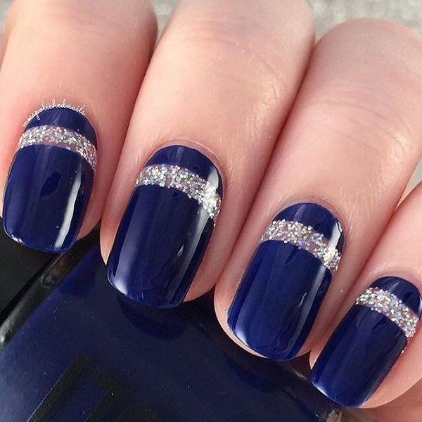 Midnight Blue Nail Art Design con revestimientos gruesos de Silver Glitter para detalles.