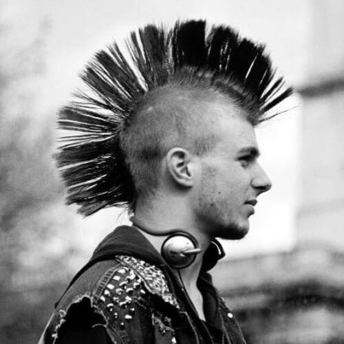 Peinados punk Mohawk avivados para chicos