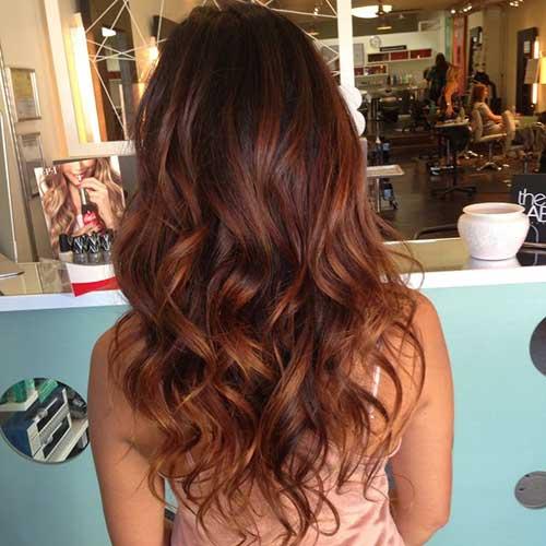 Cálidos peinados rizados de largo marrón en capas