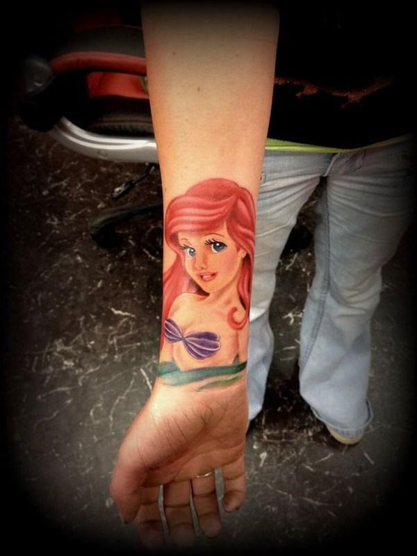 Tatuaje sirena para mujeres en el brazo.