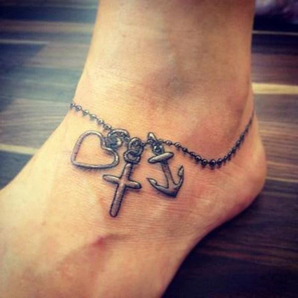 Tatuaje de anclaje en el tobillo.