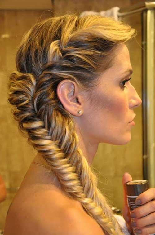 Hermosa trenza de pelo largo para el verano