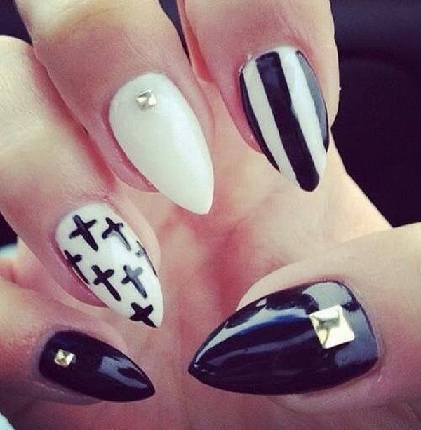 Stiletto blanco y negro con cruces, tiras y joyas Nail Art Design.