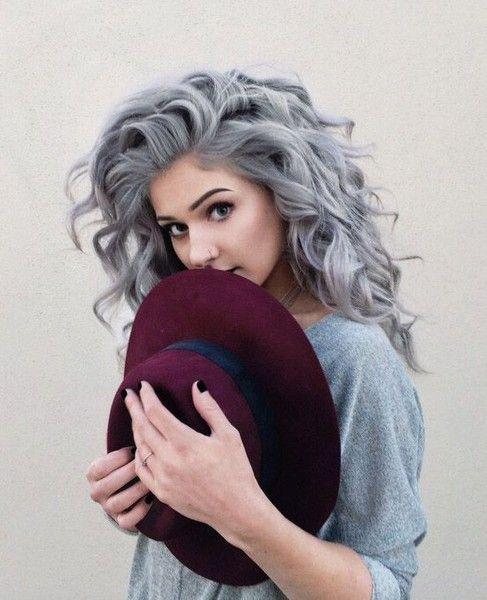 pelo gris rizado