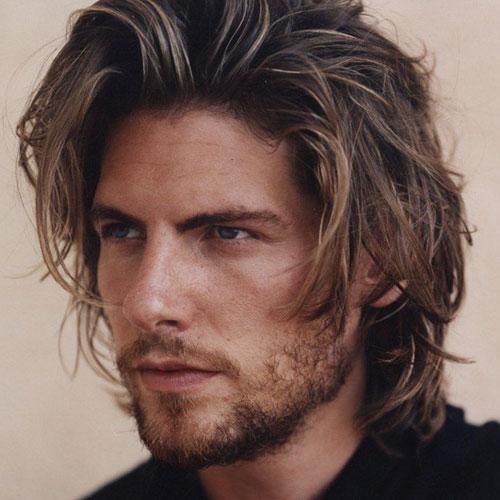 resaltados peinados largos ondulados para hombres