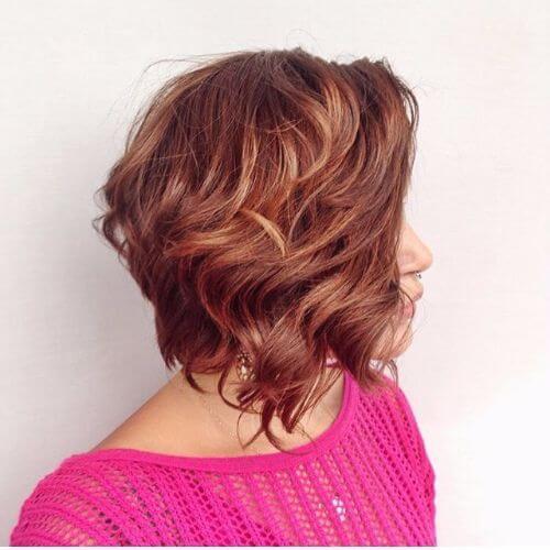 peinado de bob apilado sobre cabello de cobre con reflejos de caramelo