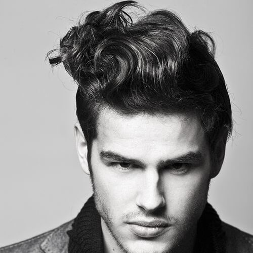 Peinado retro para hombres de pelo ondulado
