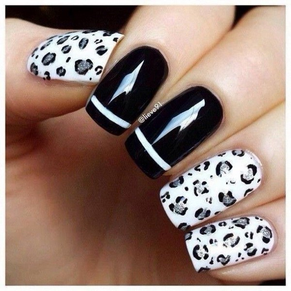Estampado de leopardo de nieve con blanco y plata. Clavos de acento negro con franja blanca.
