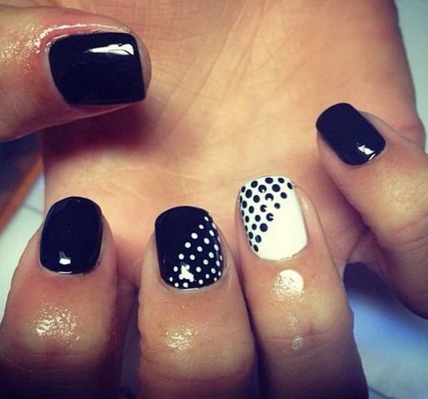 Diseño de uñas en blanco y negro con puntos.