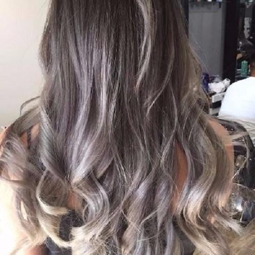 rubia ceniza destaca cabello castaño largo