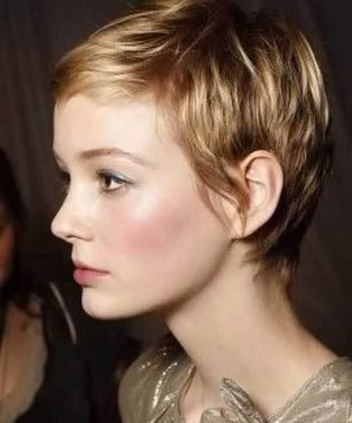 cabello rubio corto y miel oscura