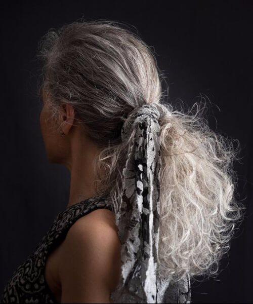 coleta gruesa natural de pelo gris con bufanda