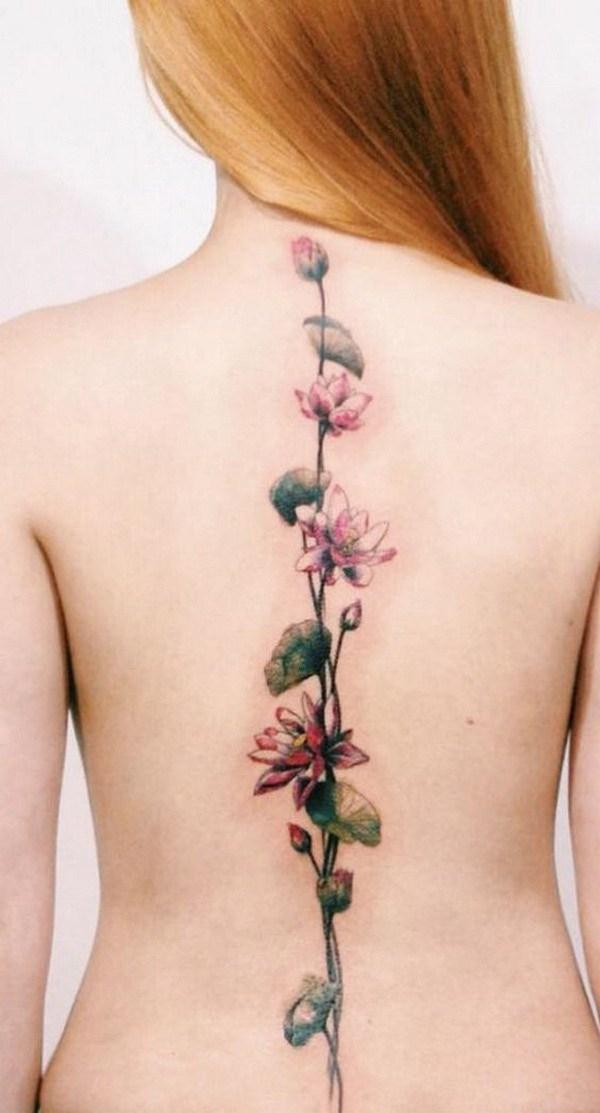 Tatuaje de columna vertebral con diseño de flores de loto rosa.