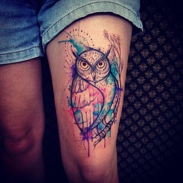 Acuarela buho tatuaje en el muslo.  Más a través de https://forcreativejuice.com/attractive-owl-tattoo-ideas/