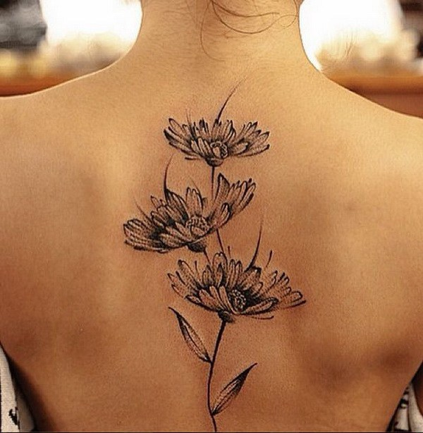 Daisy Tattoo en la espalda.