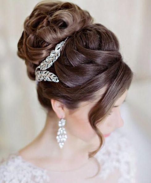 peinados cruzados de la boda del bollo para el pelo largo