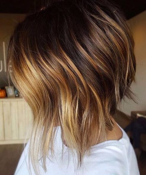 pelo corto oscuro y tiza balayage