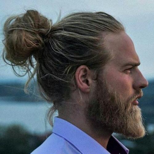 Peinado de moño de hombre ondulado