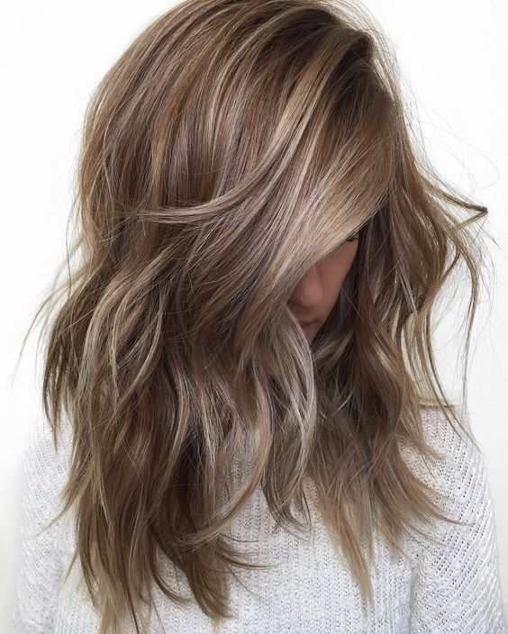 cabello rubio ceniza marrón con reflejos rubios