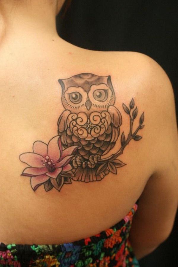 Tatuaje de loto y búho en la parte superior lateral.  Más a través de https://forcreativejuice.com/attractive-owl-tattoo-ideas/