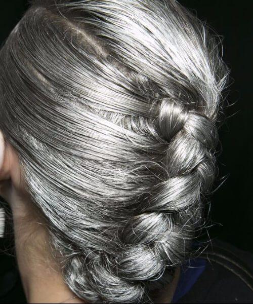peinados para mujeres de más de 50 trenzas plateadas