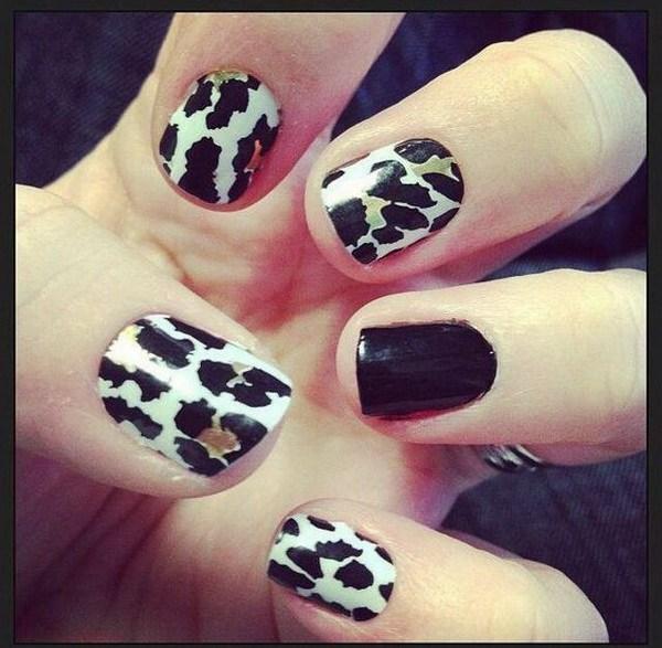 Diseño de uñas de leopardo blanco y negro.
