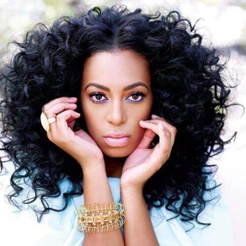 Solange Knowles peinados rizados largos