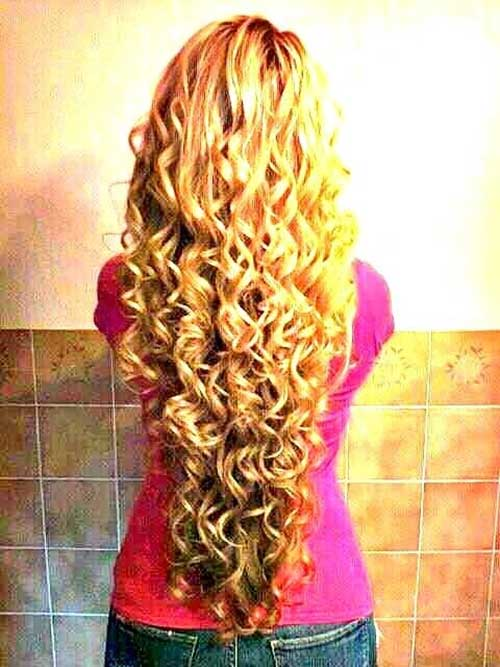 Estilos de pelo lindos para el pelo largo y rizado