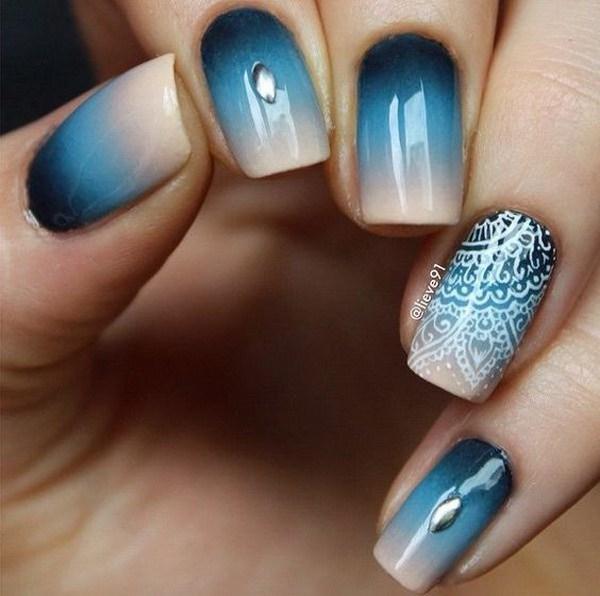 Diseño de uñas azul Ombre con detalles de encaje blanco en la parte superior.