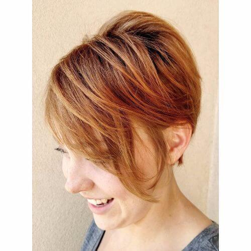 corte de pelo pixie en el pelo de caramelo