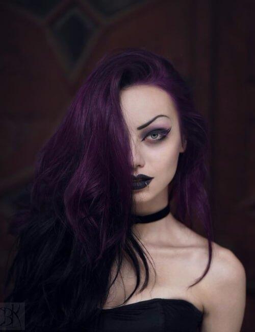 mirada gótica del pelo púrpura oscuro