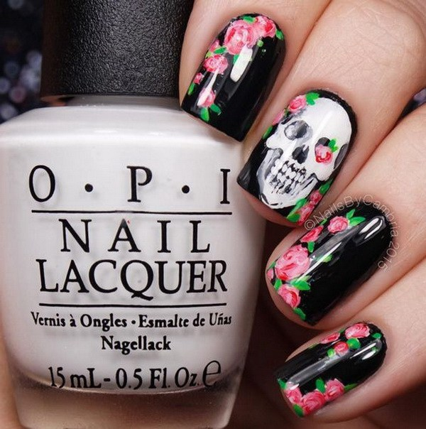 Diseños de arte de uñas de Halloween con rosa y cráneo.  Ideas de arte de uñas de Halloween.