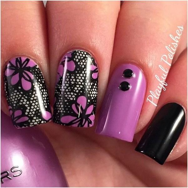 Diseño de arte de uñas de encaje negro y morado.