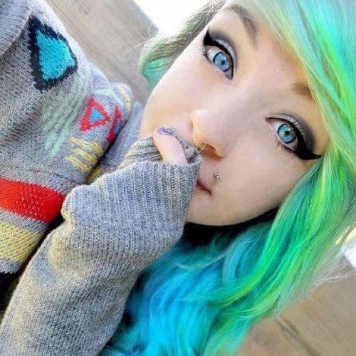 peinados emo pelo largo azul eléctrico para niñas