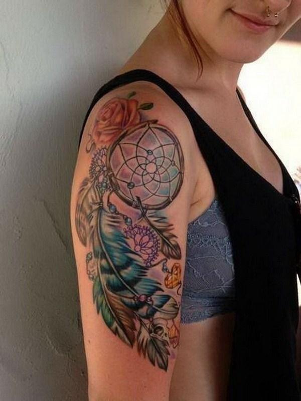 Colorido brazo sueño receptor de tatuajes.