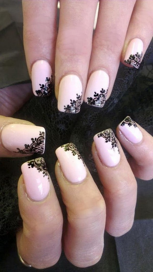 Encaje negro de moda en la base de esmalte de uñas rosa.