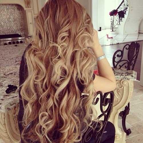 Tinte de pelo rubio rizado en cabello castaño oscuro