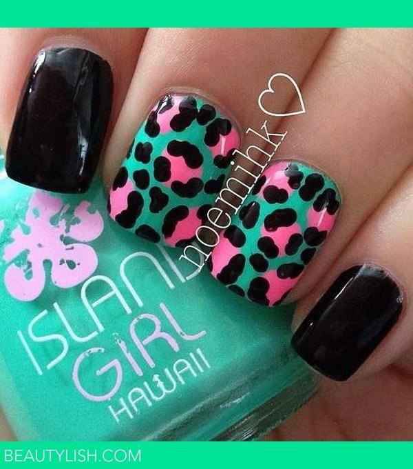Esmalte de uñas base turquesa con diseño de estampados de animales en negro y rosa.