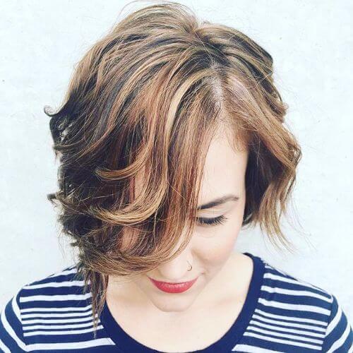 reflejos dorados de caramelo en el pelo corto y castaño