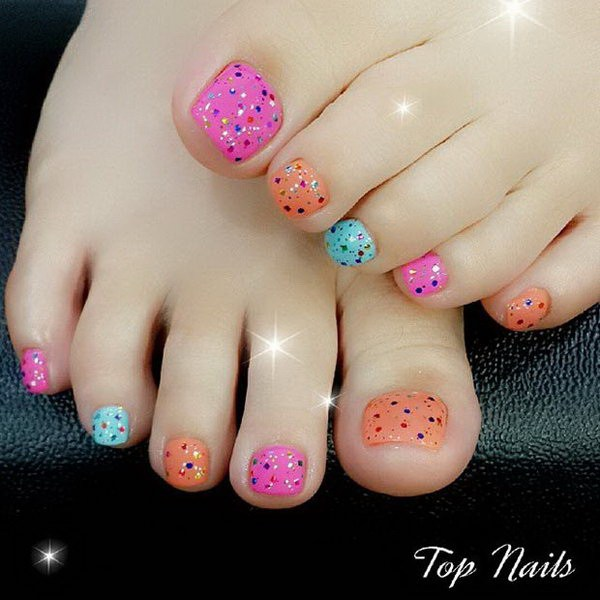 Diseño colorido del clavo del dedo del pie con brillos para el acento.