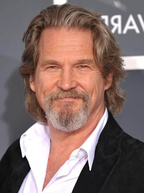 Peinados largos para hombres con líneas rectas