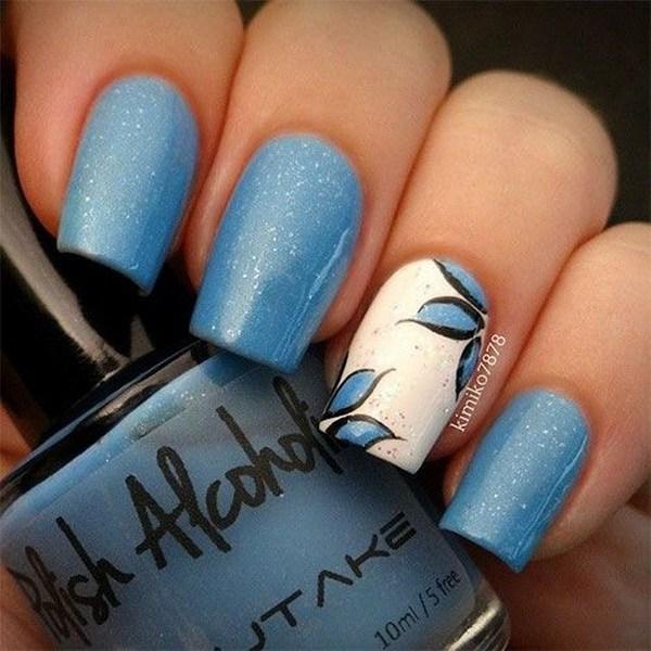 Diseño del arte del clavo de la flor azul y blanca.
