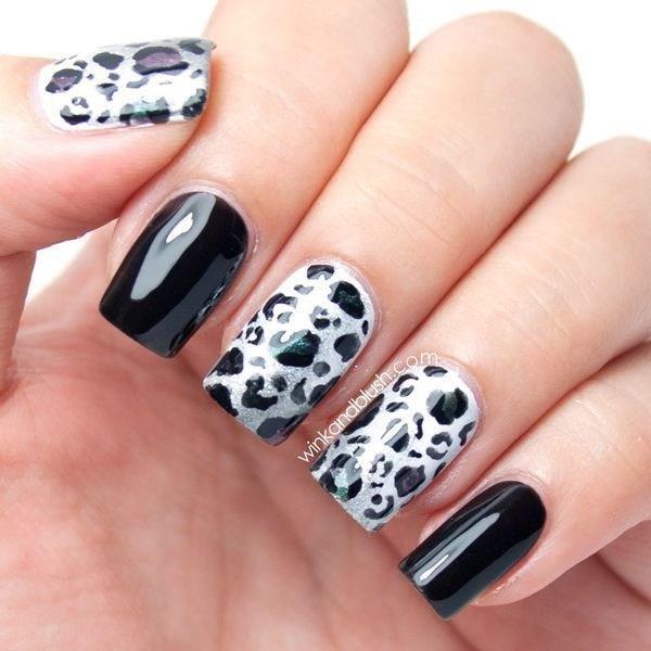 Uñas blancas y negras con estampados de leopardo.
