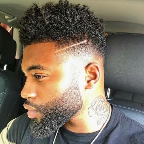 Peinados afro pequeños para hombres con líneas afeitadas