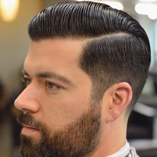 Peine sobre el corte de pelo de la parte dura