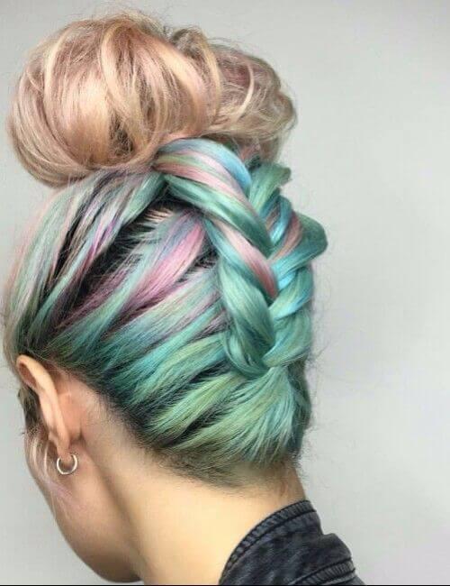 Trenzado arcoiris teñido bollo peinado dama de honor peinados