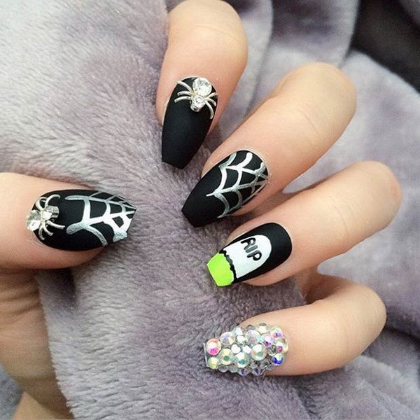 Rip Matte Halloween Themed Nails. Ideas de arte de uñas de Halloween.