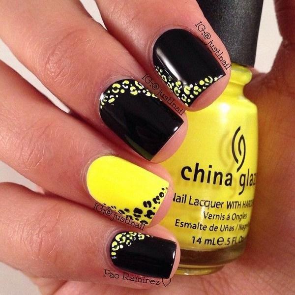 Diseño de uñas estampado leopardo amarillo y negro.