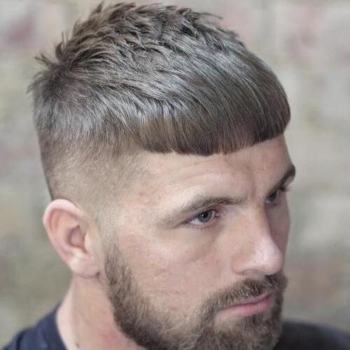 Corte de pelo de César con barba gruesa