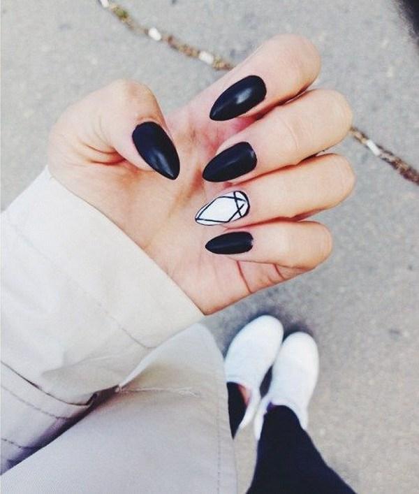 Blanco y negro almendra en forma de uñas.